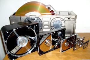 Изображение с  сайта Wikipedia.org - история развития жестких дисков