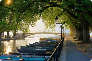 Обои из Windows 7 Франция - Canal du Vasse, мост и лодочная станция в Annecy